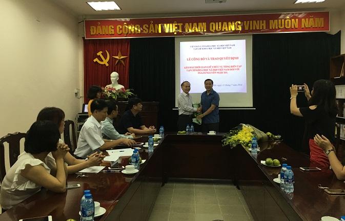 Hình ảnh: Lễ Công bố và trao Quyết định kéo dài thời gian  giữ chức vụ Tổng Biên tập Tạp chí Khoa học xã hội Việt Nam số 2